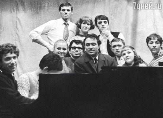 Миколас Орбакас и Алла Пугачева в верхнем ряду слева, 1969 год