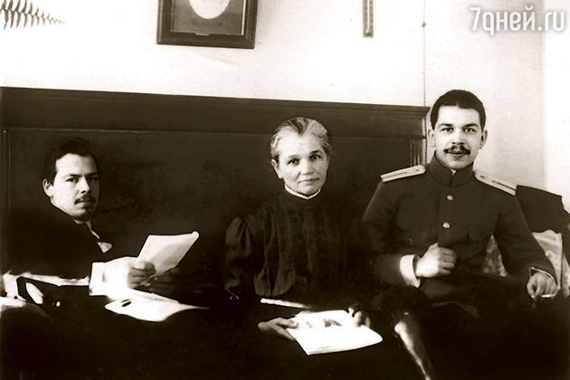 Николай и Сергей Вавиловы с матерью