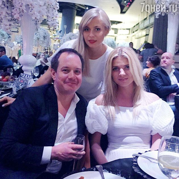 Лина Дембикова, Настя Задорожная и Петро Шекшеев, руководитель агентства PR&Managment звезд
