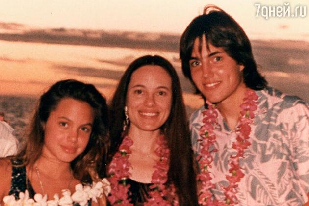 Анджелина Джоли с матерью Маршелин Бертран и братом Джеймс Хейвен
