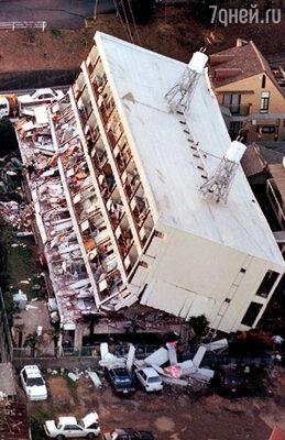 Землетрясение и последующее цунами в японском Кобе унесли жизни более чем шести тысяч человек. 1995 г.