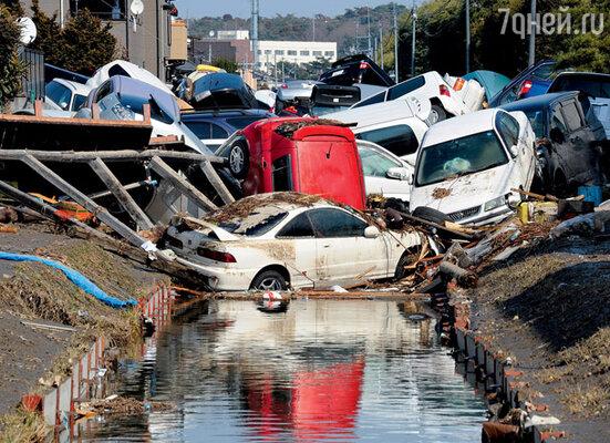 Город Тагайо стихия превратила в кладбище автомобилей. 13 марта 2011 г.