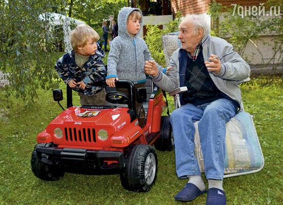 Только с внуками он иногда становился прежним Тихоновым...