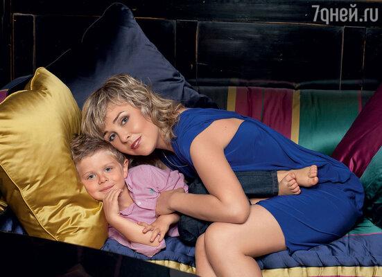 «Олиных детей я люблю, как своих, авнуков — обожаю. Это мое счастье, особенно Захарчик!» Дочь Остроумовой Ольга с сыном Захаром. 2012 г.