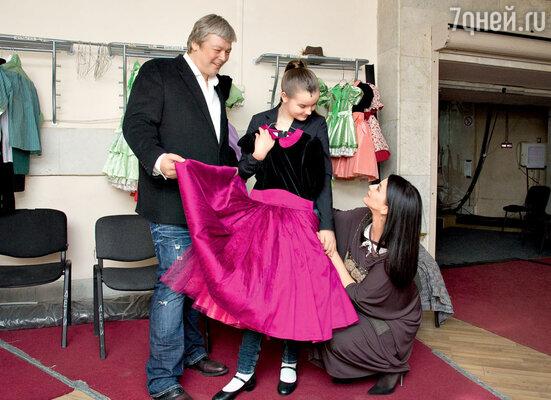 Александр и Екатерина Стриженовы за считаные минуты до начала спектакля желают младшей дочери успешного дебюта