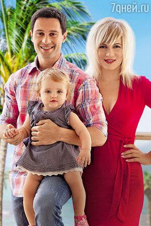 Антон Макарский с женой Викторией и дочерью Машей