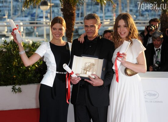 Абдельлатиф Кешиш и актрисы Леа Сейду (слева) и Адель Экзархопулос (справа) с Золотой пальмовой ветвью