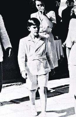 После изгнания Симеон II с матерью и сестрой оказались в Александрии, где их приютил египетский король Фарук I, 1946 г.