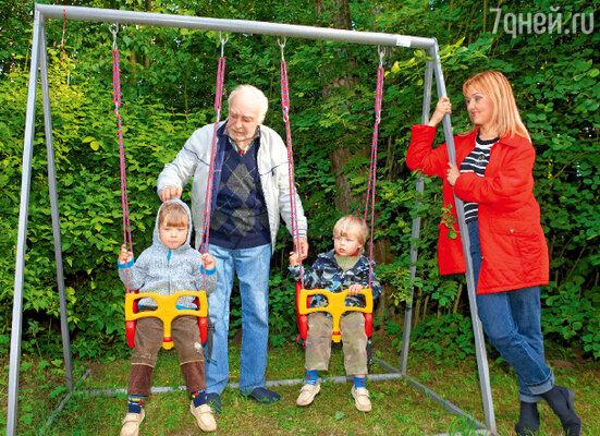 Вячеслав Тихонов с дочерью Анной и внуками Славой и Гошей
