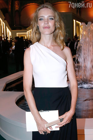 Наталья Водянова в платье и с клатчем от Christian Dior
