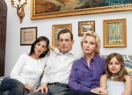 С возрастом я понял, что мама — это мама. И других мам не будет... (В квартире Валентины Титовой — Лиза, Саша с матерью и дочь Лизы Ариадна)