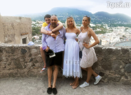 С другом Павлом Каплевичем, его сыном Максимом и подругой сына Ксенией. Искья, Италия, 2012 г.