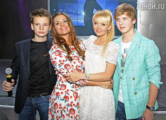 Валерия с Артемом, Анной и Арсением