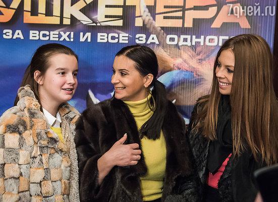 Екатерина Стриженова (в центре) с дочерьми