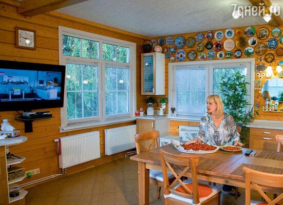 В просторной кухне нашлось место для коллекции тарелок, которые певица привозит из своих поездок по миру