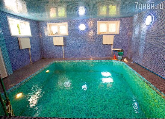 В цокольном этаже предыдущие хозяева запланировали бильярдную, но Маргарита распорядилась сделать здесь бассейн