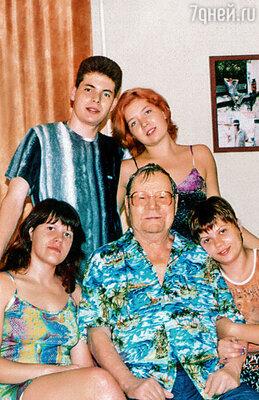Миничка в окружении наших внуков. Сидят — дочери Константина Света и Ира.  Стоят — дети Михаила Виталик и Люда. Не прошло и сорока дней после смерти Минички,  как Люда погибла от рук уличной шпаны. Ей было всего 22 года...