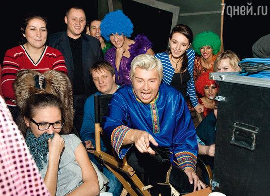 Николай Басков отсматривает эпизод, в котором снимались дети