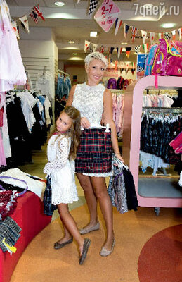 Телеведущая нашла для дочери школьную юбку нужной расцветки буквально накануне 1 сентября! (Место съемки: магазин сети «Детский мир»)
