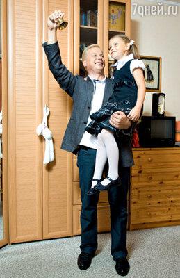 Эрнест Мацкявичюс репетирует с дочерью Далией первый школьный звонок