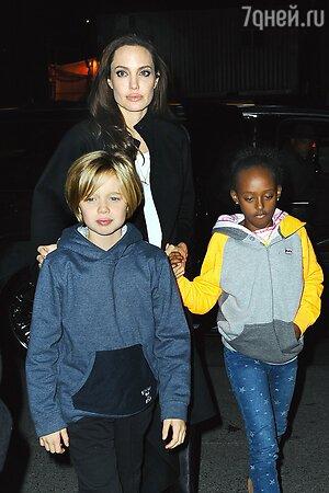 Анджелина Джоли с дочерьми Шилох и Захарой