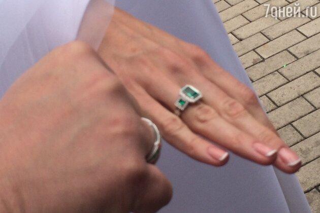 Молодожены обменялись кольцами и получили свидетельство о регистрации брака