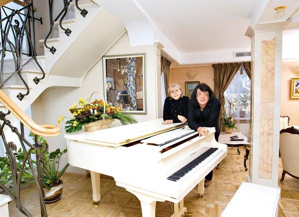 Игорь Евгеньевич с женой Мариной в гостиной своего загородного дома в Тарховке