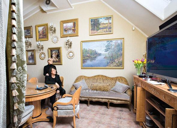 Мебель для столовой — массивный стол, стулья икомод из карельской березы — делали позаказу специалисты-краснодеревщики, реставраторы из Эрмитажа