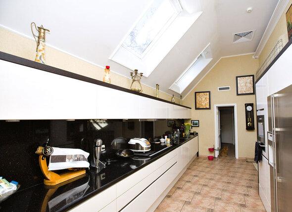 Дом благодаря хозяйке получился очень светлым: стены в палево-бежевых тонах, много окон, а на кухне окна даже в потолке