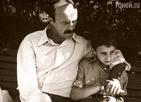 Сережины отношения с отцом всегда складывались непросто