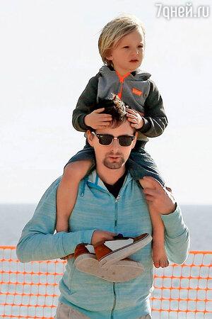 Мэттью Беллами с сыном Бингемом