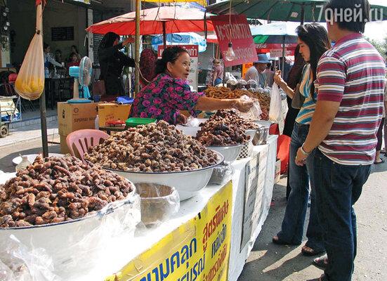 Снедью на улицах торгуют практически во всех азиатских городах, но в Бангкоке эта торговля расцвела пышным цветом