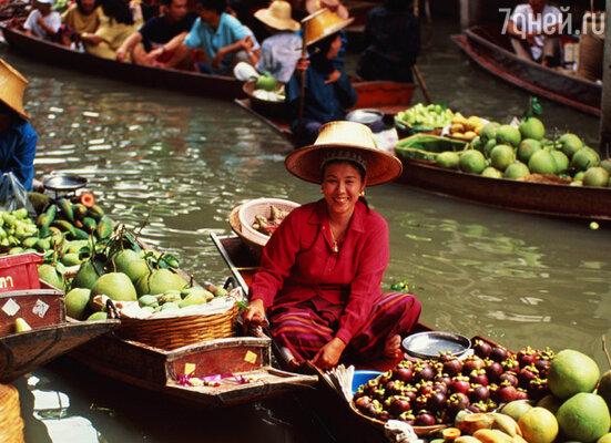 Рынок на воде — зрелище особенно колоритное