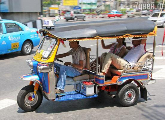 Бангкок — город контрастов. Здесь можно встретить и допотопное такси, именуемое тук-тук...