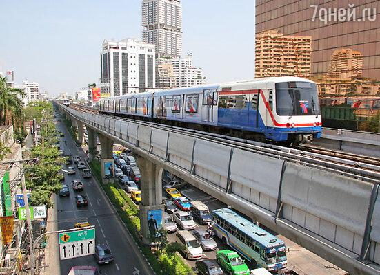 ...и суперсовременное метро, чьи линии «парят» в воздухе — проходят на высоте 25 метров от земли