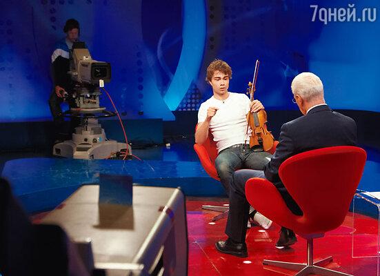 В Норвегии Рыбак — национальный герой, желанный гость любого телешоу (на съемках программы «Redaksjon EN» с популярным ведущим Вигго Йохансеном)