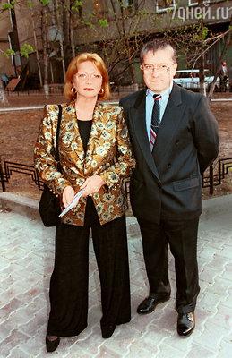 «Гастрольный роман Наташи и Михаила Филиппова, который к этому времени уже развелся с дочерью Андропова, завязался накрепко, и вскоре они поженились»