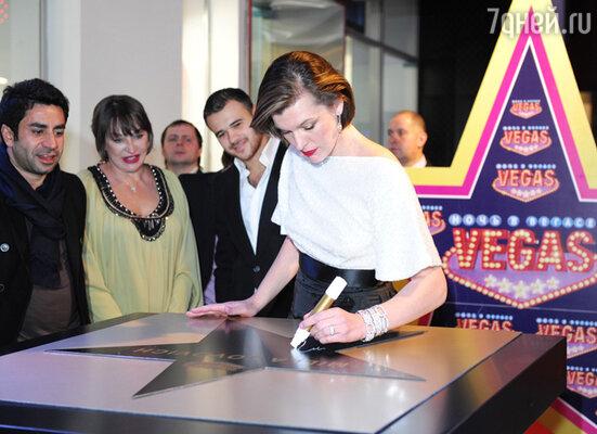 """Милла Йовович на церемонии закладки именной звезды на Аллее Славы в ТРЦ """"Vegas"""". 2011 год"""