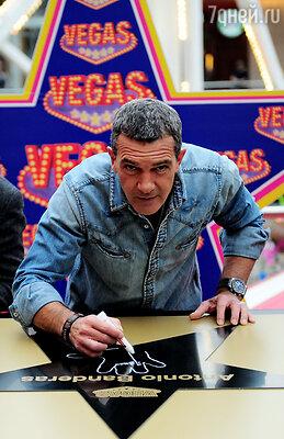 Антонио Бандерас на церемонии закладки именной звезды на Аллее Славы в ТРЦ Vegas. 2013 год