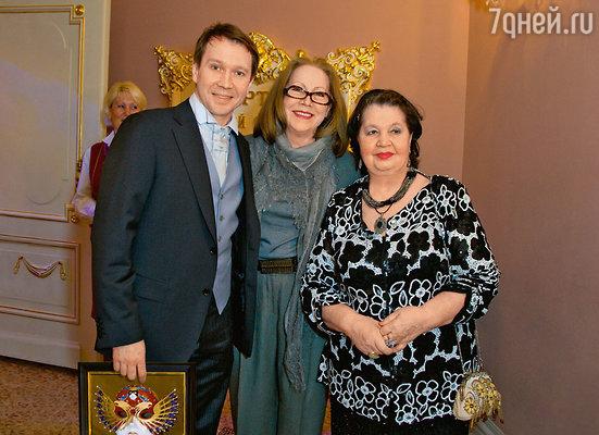 Евгений Миронов с мамой Тамарой Петровной и своей землячкой, актрисой Людмилой Зориной (в центре)