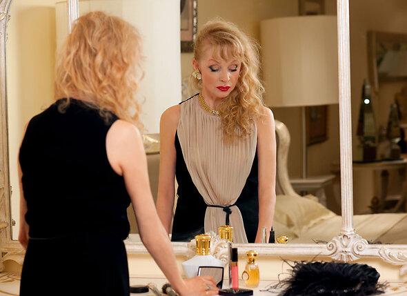 Увидев в ванной на полочках аккуратно расставленную косметику, я поняла, что  эта женщина постоянно живет у моего мужа