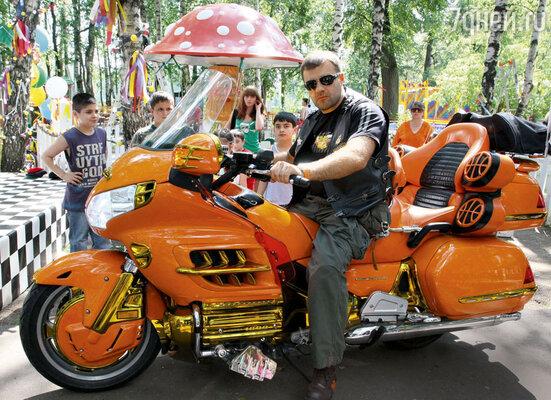 Михаил Пореченков предпочитает всюду разъезжать на мотоцикле— и за покупками, и на съемки, и на дачу