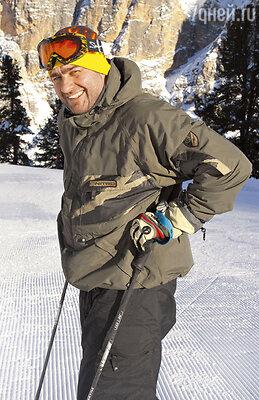 «У меня свой стиль на лыжной трассе: я не катаюсь, адубашу! Менядаже прогоняли сосклонов, чтобыновичков непугал»,— смеется актер