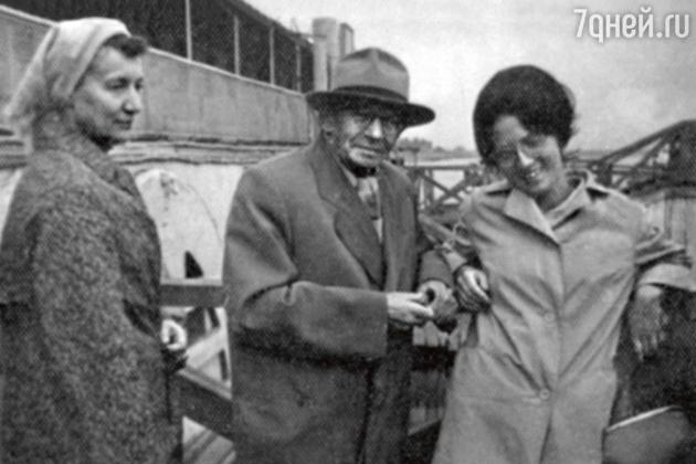 Вольф Мессинг на гастролях в Иркутске с Ивановской (слева) и их подругой Галиной Пащенко