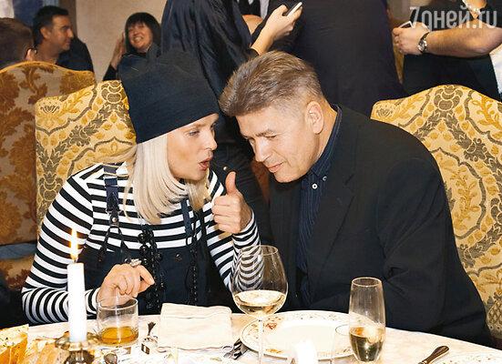 В 2005 году Вайкуле обвенчалась со своим директором Андреем Латковским, с которым долгие годы прожила вгражданском браке