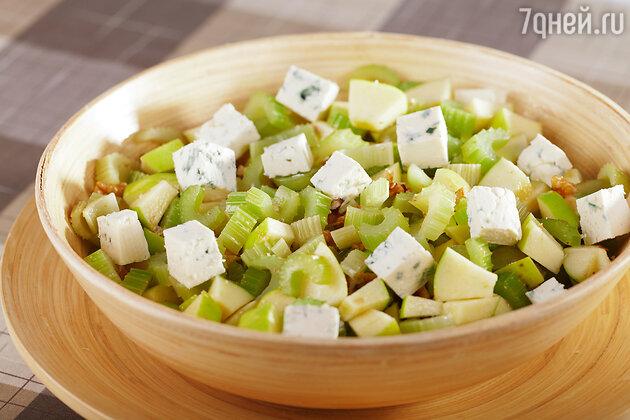 Салат с яблоком, черносливом и айвой
