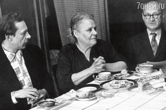 Олег Ефремов с мамой Анной Дмитриевной и отцом Николаем Ивановичем