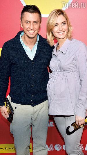 Павел Прилучный с женой Агатой Муцениеце на презентации заключительного сезона сериала «Кухня». 2016 г.