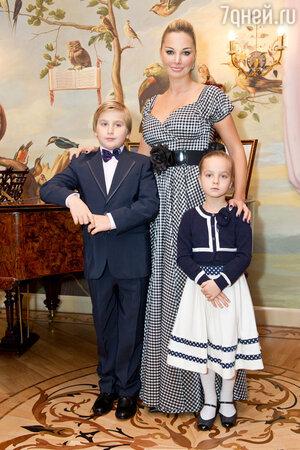 Мария Максакова с сыном и дочерью