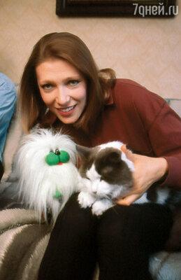 Во время долгих зарубежных гастролей Лена очень скучала по дому — по любимому мужу, по обожаемому коту Толе